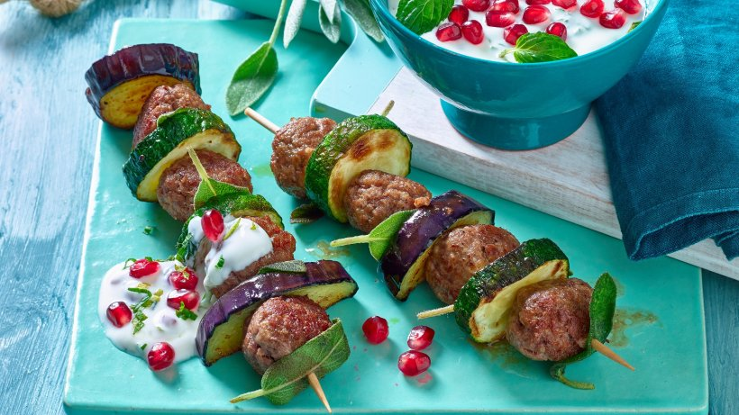 Lamb balls with mint yoghurt dip: low carb recipe with minced meat
