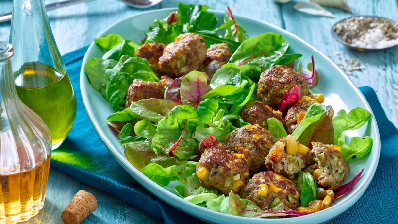 Courgette mince balls with salad: light low-carb recipe